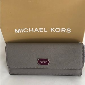 ⭐️NWT Michael Kors Jet Set Travel Wallet
